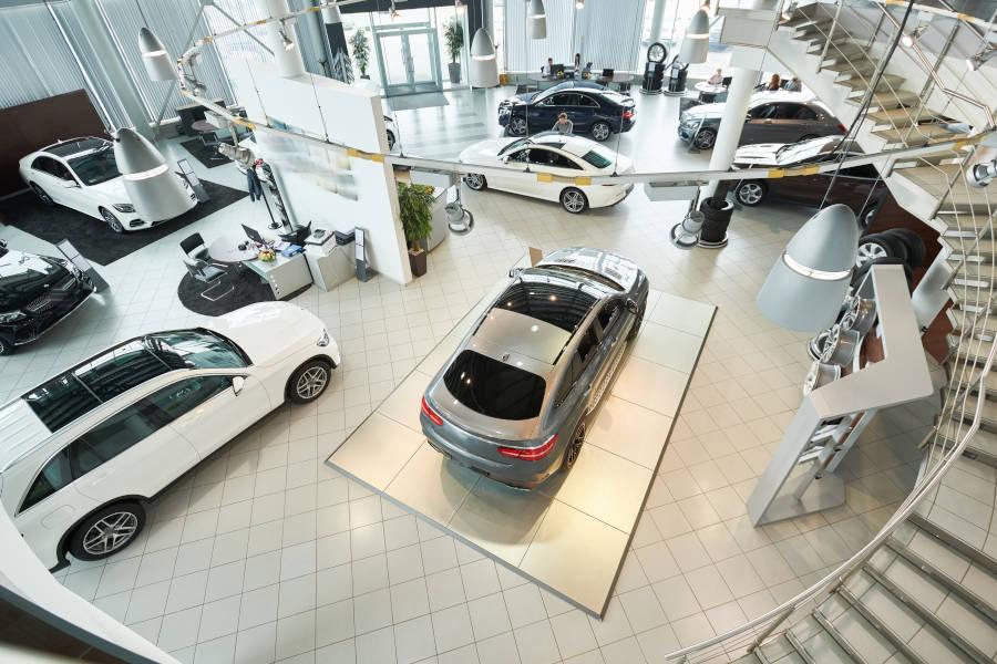 Autosalone con auto nuove